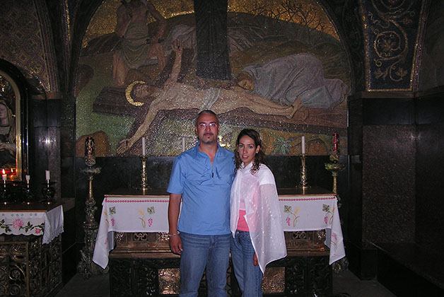 Viajeros Indira Villegas y Satur Casado en la Iglesia del Santo Sepulcro en Jerusalén. Foto © Satur Casado