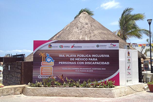 Playa inclusiva frente al parque Fundadores. Foto © Silvia Lucero