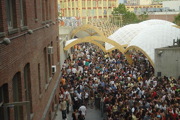 Cientos de personas se reúnen cada sábado en un ambiente lleno de música y arte. Foto © Patrick Mreyen