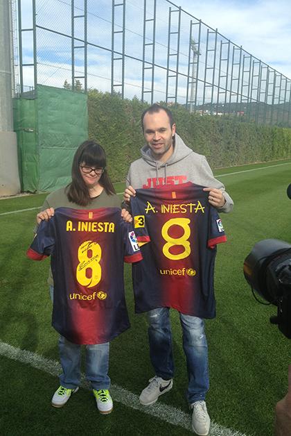 Anna Vives con el jugador del Barcelona Andrés Iniesta. Foto: cortesía de Fundación Itinerarium