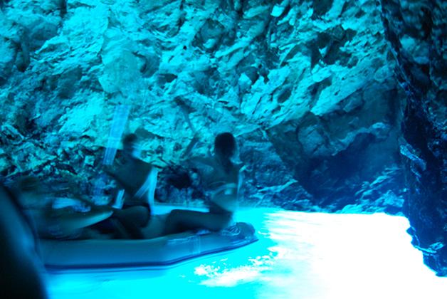 Una mezcla de tonos azules y plateados iluminan la gruta y el agua. Foto © Silvia Lucero
