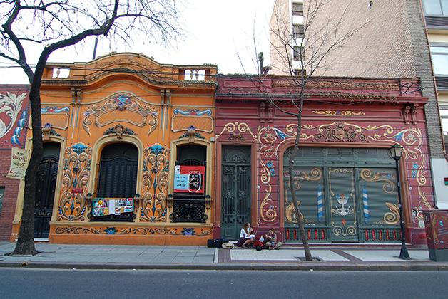 Casas con el arte fileteado en el barrio de Abasto, cerca de la Casa Museo Carlos Gardel. Foto © Patrick Mreyen