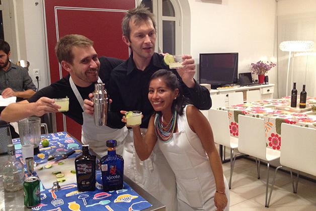 Los representantes de Bélgica y Bolivia, asegurando que las Margaritas estuvieran bien preparadas. Foto © Silvia Lucero