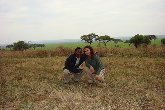 Vanessa Lucero acompañada de su guía en Kenia
