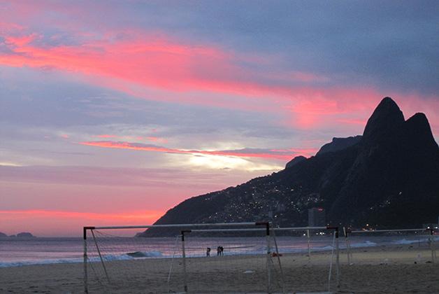 Atardecer en la playa de Ipanema. Foto © Silvia Lucero