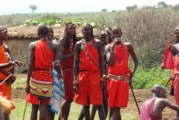 Con miembros de la tribu Masai Mara. Foto © Vanessa Lucero