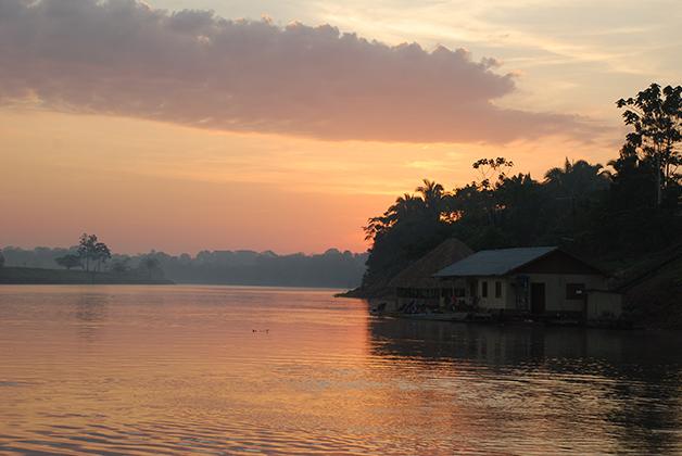 Amanecer en el Amazonas. Foto © Patrick Mreyen