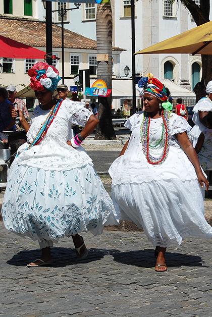 Mujeres con trajes típicos. Foto © Silvia Lucero