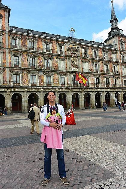 Emma Regina con su papá Fernando Villarreal en la Plaza Mayor de Madrid. Foto © Soraya Moctezuma