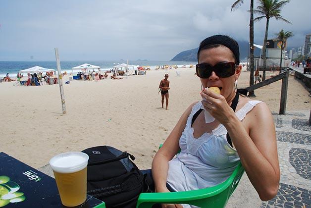 Comiendo una deliciosa coxinha de frango en la playa de Ipanema. Foto © Patrick Mreyen