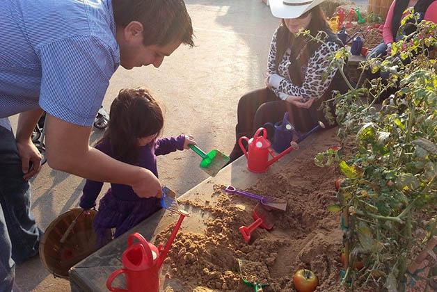Mi sobrina Ivanna con su papá aprendiendo sobre cultivo. Foto © Vanessa Lucero