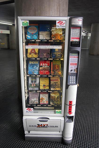 En Sao Paulo la cultura está al alcance de todos y a cualquier hora, qué tal esta máquina que vende libros. Foto © Silvia Lucero
