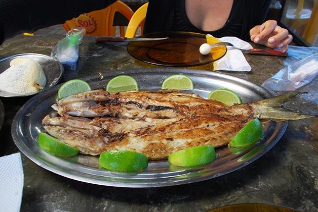 Delicioso y fresco pescado en un chiringuito de Floraniópolis. Foto © Patrick Mreyen