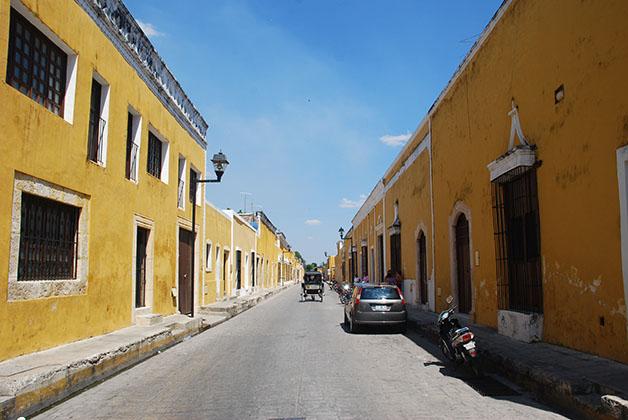 Sus casas están pintadas de amarillos y blanco, los colores vaticanos. Foto © Patrick Mreyen