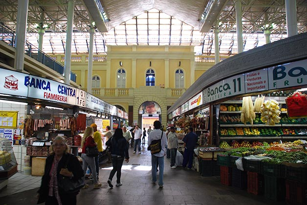 Interior del mercado. Foto © Silvia Lucero