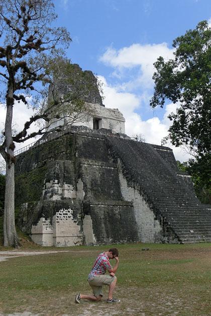 Román agarrando fuerza e inspiración en Tikal. Foto tomada del blog Somos un Mundo