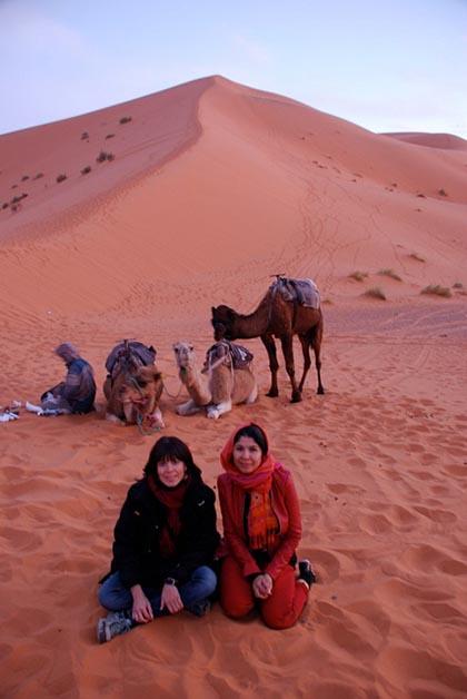 Patrick y yo recorrimos por carretera Marruecos con nuestra amiga Priscilla, muy divertida. Aquí estamos en el desierto de Mezourga. Foto © Patrick Mreyen