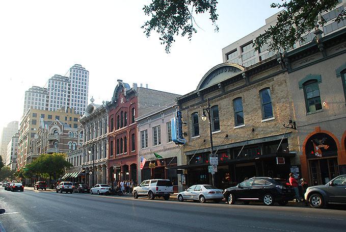 La famosa Calle 6 de Austin, muy popular por su vida nocturna. Foto © Patrick Mreyen