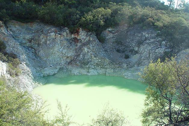 Los colores predominan en estas aguas termales. en Wai-O-Tapu. Foto © Patrick Mreyen