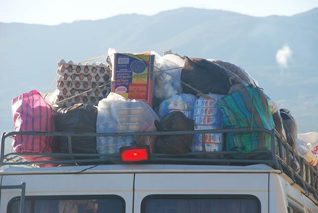 En las calles y carreteras verás que conducen cargados de muchos productos. Foto © Patrick Mreyen
