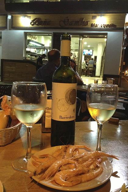 Cena en Doña Gamba, los mariscos estaban súper frescos, deliciosos y el vino Barredero con D.O. del condado de Huelva, era exquisito, si lo puedes conseguir, te lo recomiendo. Foto © Silvia Lucero