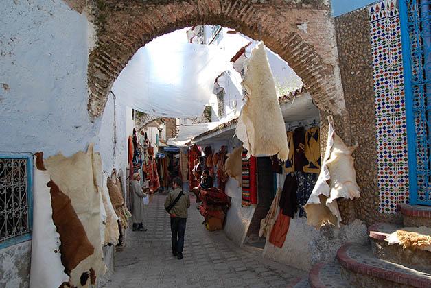 Una de las entradas a la medina, con pieles de animales colgando. Foto © Silvia Lucero