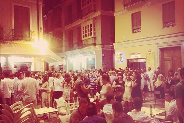Plaza en Málaga muy popular entre los jóvenes. Foto © Silvia Lucero