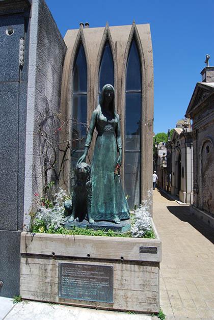 Afuera de su mausoleo se encuentra la escultura de Liliana Crociati con su perro. Foto © Patrick Mreyen