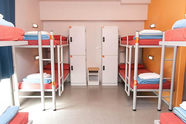 Literas y lockers en cuarto compartido. Foto @ Youth Hostel Pere Tarrés
