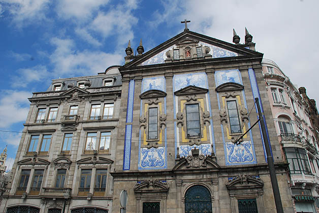 48 horas en oporto la trotamundos for Edificio de los azulejos