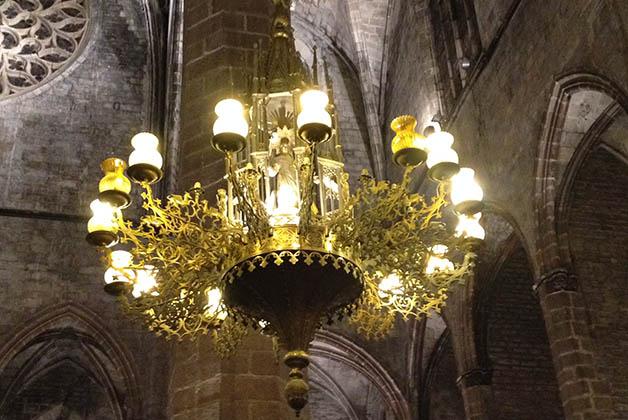 Los candelabros tienen imágenes religiosas por dentro. Foto © Silvia Lucero