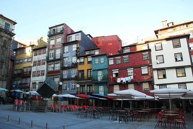 Las casas llenas de color en la Ribeira. Foto © Patrick Mreyen