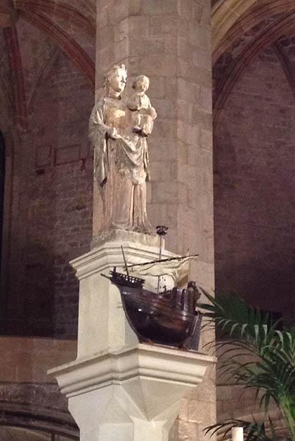 La estatua de la virgen con un barco a sus pies, se alza en el altar mayor. Foto © Silvia Lucero