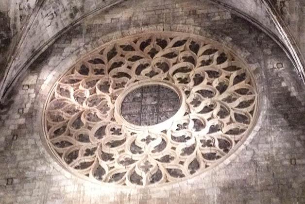 El rosetón fue hecho en 1459 por los maestros Pere Joan y Andreu Escuder. Foto © Silvia Lucero