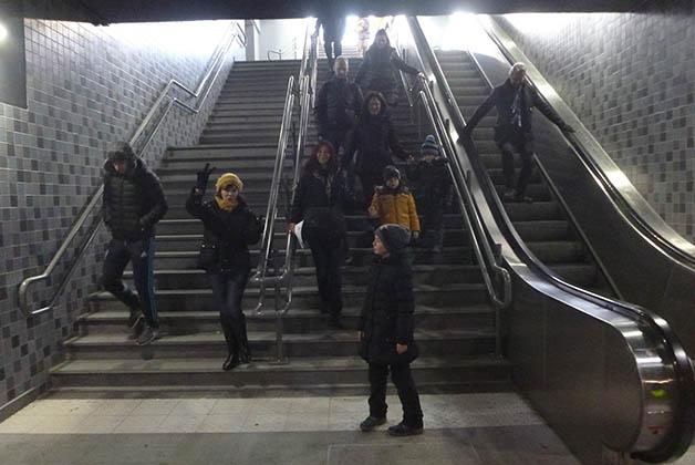 El primero reto, subirnos todos al metro con los pequeños. Foto © Patrick Mreyen