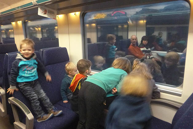 Los niños disfrutando el tren. Foto © Silvia Lucero