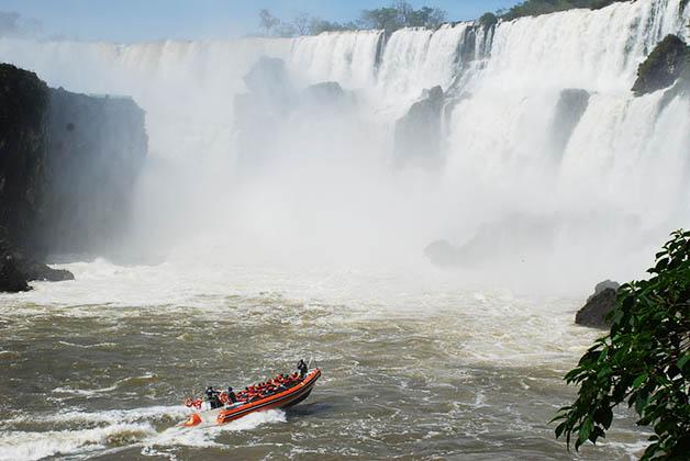 El paseo en barco es súper cerca de las cascadas. Foto © Patrick Mreyen