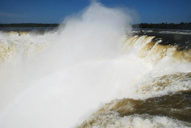 La Garganta del Diablo, tiene una caída de 80 metros y es imposible no salir mojado de ahí. Foto © Patrick Mreyen