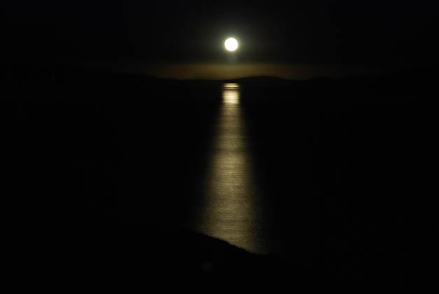 La luna impresionante parecía que iba saliendo de la Isla de la Luna. Foto © Patrick Mreyen