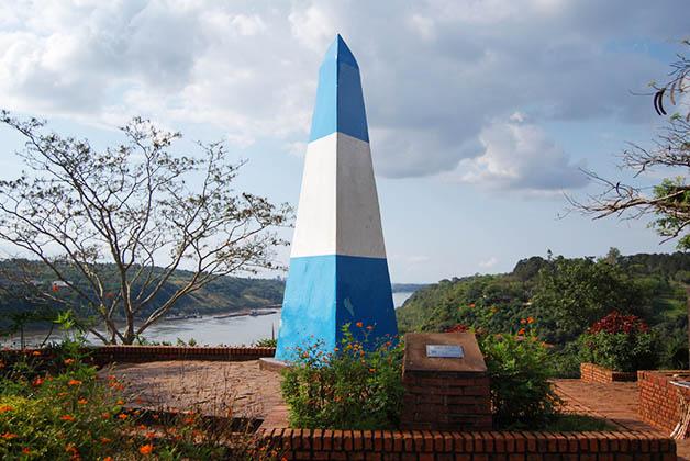 Obelisco en el Hito de las Tres Fronteras. Foto © Silvia Lucero