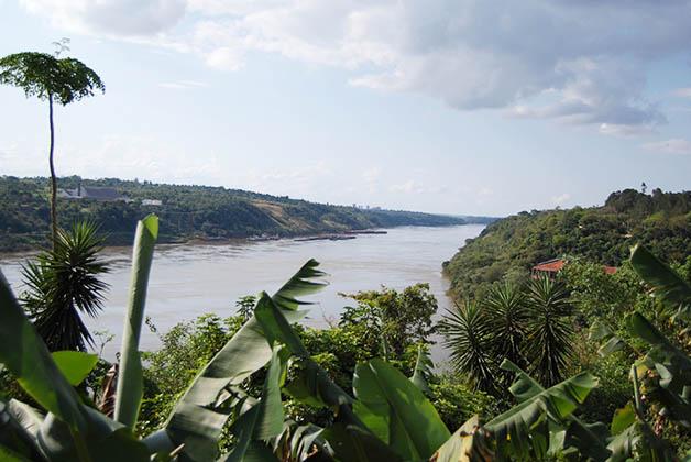 División de los ríos Iguazú y Paraná en las tres fronteras de Argentina, Brasil y Paraguay. Foto © Silvia Lucero