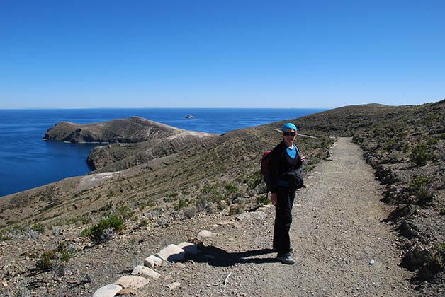 Caminando rumbo a la zona arqueológica en la Isla del Sol. Foto © Patrick Mreyen
