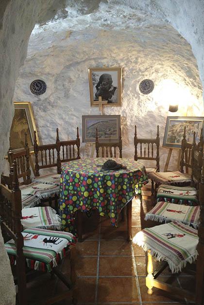 Cada pared y rincón de la cueva está decorado con fotos y utensilios. Foto © Silvia Lucero