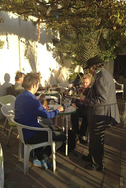 Afuera disfrutando de la buena música, un delicioso vino y la tranquilidad en la terraza del bar que tiene vistas privilegiadas. Foto © Silvia Lucero