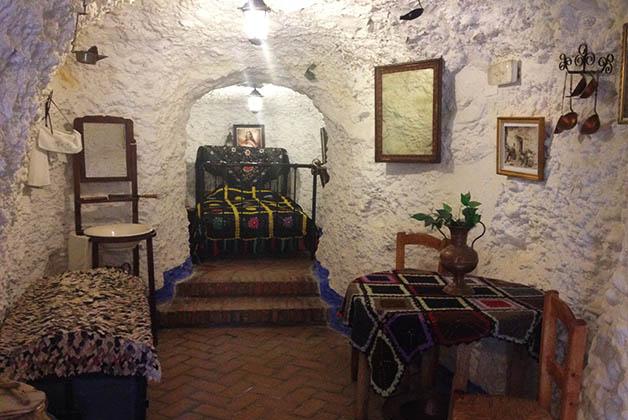 Interior de una de las cuevas en el Museo Cuevas del Sacromonte. Foto © Silvia Lucero