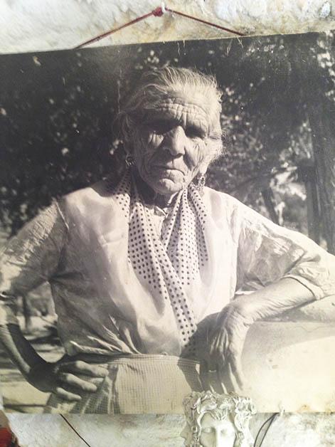 Un cuadro enorme de su madre, la fundadora le rinde homenaje en su bar. Foto © Silvia Lucero
