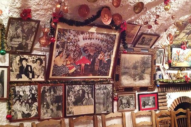 Cacerolas de metal que ayudan a la acústica y fotos de grandes personalidades que han pasado por la cueva, adornan techos y paredes. Foto © Silvia Lucero