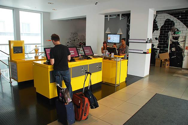 Patrick haciendo check-in en nuestro hotel. Foto © Silvia Lucero