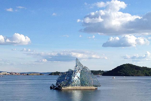 Frente a la Ópera está esta instalación de un iceberg. Foto © Silvia Lucero
