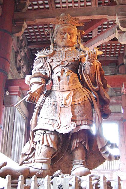 La gran escultura de Koumokuten. Foto © Silvia Lucero